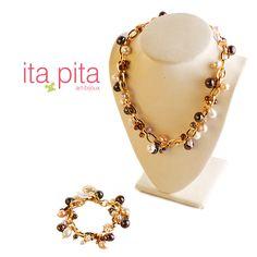 ¡Lluvia de perlas! Para esta ocasión Ita-Pita te trae este conjunto de collar y pulsera elaborado en cadena, hilos y broches de oro golfied italiano, con perlas potatoe naturales. http://www.elretirobogota.com/esp/?dt_portfolio=ita-pita
