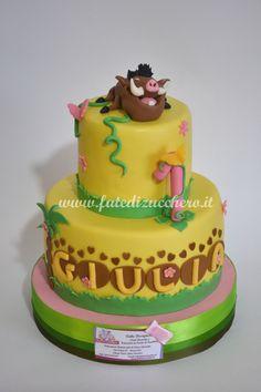 Torta Primo Compleanno Pumba: con nome personalizzato sulle impronte, numero decorato e personaggio interamente modellati a mano, senza stampi