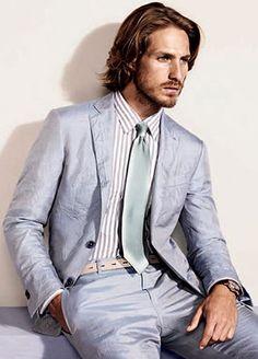 夏仕様の淡い色スーツに身を包んで。30代アラサーメンズおすすめのスーツコーデ