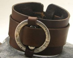 FREE SHIPPING Men's leather bracelet . Brown por eliziatelye