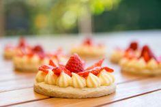Pinky Cake, Tartelettes Fraises et Citron #Tarteauxfraises #tartecitron #fraisecitron #sablé #sablédiamant #recette #pinkycake Cheesecake, Tasty, Cakes, Desserts, Lemon Cream, Strawberry Pie, Spritz Cookies, Recipes, Tailgate Desserts