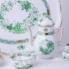 Coffee Pot - Indian Basket Green Indian basket coffee pot with platter and sugar basin. An old Herend decor from the far east. Herend China, Fine China Dinnerware, French Baskets, Indian Baskets, Tea Culture, China Sets, Dinner Sets, Chocolate Pots, Ceramic Vase
