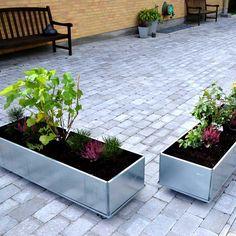 Land høybed finnes nå også i en mobil variant. De flyttbare plantekassene tilsvarer de klassiske høybedene fra Land, men de er plassert oppå en passende metallplate med hjul under. Dette gjør det mulig å flytte blomsterkassene til en solrik plass eller til et sted i le eller til et avskjermet sted. De kan plasseres på en tre-terrasse uten at treet råtner. Ettersom både blomsterkasser og hjul tåler frost, kan de stå utenfor året rundt, men de er også flotte som innendørs blomsterpotter…