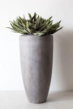 Stoere hoge vaas met een Betonlook. Een echte eyecatcher voor op je terras of in je woonkamer!