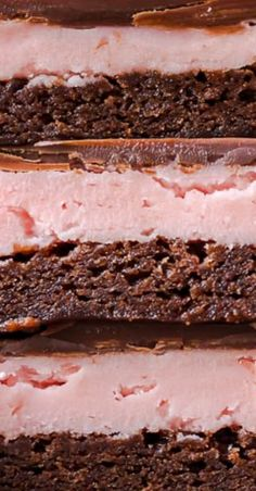 STRAWBERRY BROWNIES are perfect for Valentine's Day! This Chocolate Covered Strawberry Brownie Recipe is a mix of soft chocolate-y brownie, creamy strawberry filling, & a layer of melted chocolate. Sweet Desserts, Sweet Recipes, Delicious Desserts, Delicious Cookies, Yummy Food, Strawberry Brownies, Strawberry Recipes, Strawberry Patch, Brownie Recipes