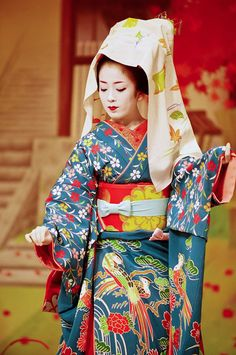 Miyako Odori, the largest and most famous dance performance of geisha and maiko, is held every year at the Gion Kobu Kaburenjo in Gion Kobu in Kyoto from April 1 – This photo of the maiko Makiko was taken at the 2007 Miyako Odori. Japanese Geisha, Japanese Beauty, Japanese Kimono, Japanese Art, We Are The World, People Of The World, Memoirs Of A Geisha, Yukata, Japanese Culture