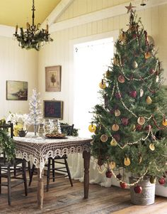 country christmas decorating | Christmas tree decorated with apples and oranges