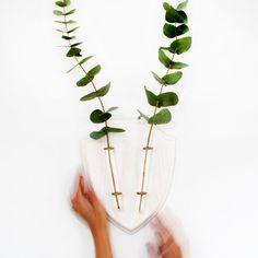 Eco-Hirsch ist eine Wand Trophäe für Pflanzen. Montiert an einer Wand, die EcoDeer beide Richtungen - mit live-Blumen und Zweige verwendet werden kann.