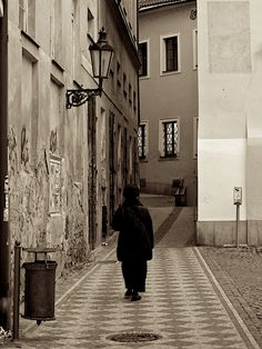 Eine Gasse in Prag. Places To Travel, Spaces, Architecture, Street, Pictures, Prague City, Destinations, Roads, Walkway
