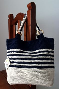 Canchera y veraniega! Tejida con hilo y a crochet, forrada con tela. Discover thousands of images about Receitas de Trico e Croche: Bolsa de crochê Pretty crochet tote bag with ring for handle. Black and white stripes made it so fancy This Pin was discov Crochet Shell Stitch, Crochet Tote, Crochet Handbags, Crochet Purses, Bead Crochet, Crochet Crafts, Crochet Stitches, Crochet Projects, Crochet Patterns