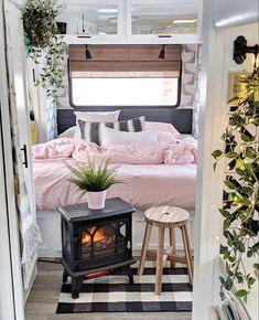 Vintage RV: Drab camper renovated into stylish home-on-wheels - Curbed Camper Hacks, Diy Camper, Rv Campers, Kombi Motorhome, Vintage Rv, Vintage Campers, Vintage Motorhome, Vintage Trailers, Rv Interior