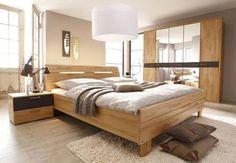 Mehrteiliges Schlafzimmer aus Holz.