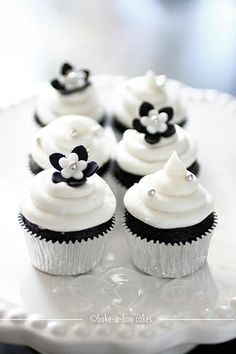 Black and white cupcakes #dessert #cupcakes #weddingcupcakes #blackandwhite #weddingdessert