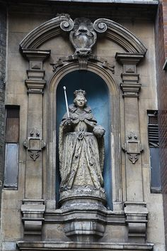 Queen Elizabeth I at St Dunstans-in-the-West    The only statue of Queen Elizabeth I known to have been carved during her lifetime. The statue which dates from 1586 originally stood in Ludgate.