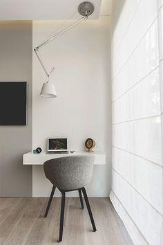 Minimalistisches Apartment mit Laptop- Arbeitsplatz