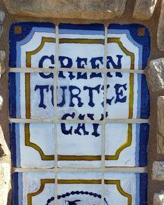 Vous connaissez la Green Turtle Cay dans les Bahamas ?  Eh bien nous avons la même chose à San Diego ! 😂  Ahahha non, pas vrai du tout. Enfin en partie. Nous avons bien un quartier qui porte le même nom avec une jolie marina (voir vidéo en story) où c'est sympa de faire une belle ballade en vélo 🚲 en venant de Coronado. Mais l'eau bleu ciel des Caraibes, là pour le coup, ce n'est pas vrai du tout 😂.   Donc envie de s'évader ? Avec 𝒮𝒶𝓃 𝒟𝒾𝑒𝑔𝑜, 𝒸'𝑒𝓈𝓉 𝒷𝑒𝒶𝓊 ! vous avez tout pou Coronado San Diego, Les Bahamas, Coronado Bridge, Visit San Diego, Coronado Island, Visit California, Road Trip Usa, Cool Pictures, Eh Bien