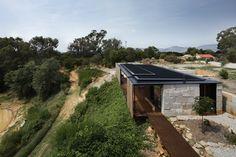 Construído na 2014 na Yackandandah, Austrália. Imagens do Ben Hosking . A Casa Sawmill utiliza grandes blocos recuperados de concreto, que a ancoram à paisagem, juntamente a uma envoltória dinâmica que regula o ambiente...