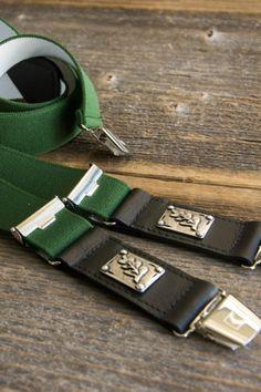 Der Hosenträger aus der Wiener Manufaktur Karlinger hat ein elastisches grünes Band, Echtleder-Details und eine Eichblatt-Metallverzierung. Belt, Fashion, Accessories, Husband, Special Gifts, Guy Gifts, Shopping, Handmade, Belts
