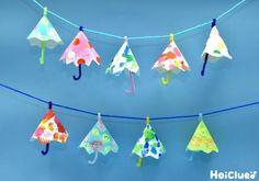 紙皿をくるんっと丸めると、梅雨に欠かせない立体的な傘に変身! みんなの傘を繋げれば、作った後も楽しい部屋飾りに♪ 身近な材料で作れるところはもちろん、幅広い年齢で作れるところも嬉しい、条件選ばず楽しみやすい製作遊び。