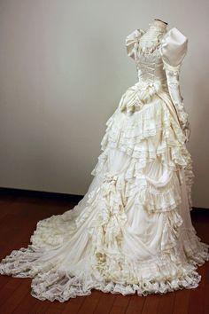 初音ミクちゃんが千本桜(小説)の鹿鳴館で着ていたドレス…のようなウエディングドレス!というリクエストで制作いたしました! シルエッ…   Twitterで話題のalphaさんのツイート