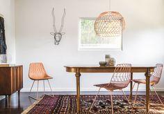 A cadeira (43 x 53 x 80 cm*) custa 450 dólares, e a luminária (45 x 55 cm**), 625 dólares no sitenorte-americanoBend Goods.