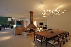 Mesa de madeira e lustre