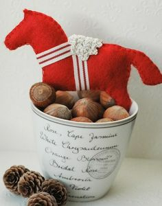 free tutorial felted horse ornament, download free template for this decoration