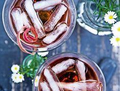 Lækker cocktail med rabarber, vanilje og rom | SPIS BEDRE Alcoholic Drinks, Beverages, Cocktails, Frisk, Mojito, Tapas, Food And Drink, Vanilje, Vegetables