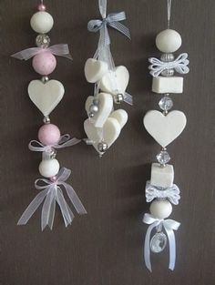 Zeepketting maken Creating a soap chain yourself is easy! Requirements: soap bars, small cookie cutters or small shapes, water, ribbon and beads or … Soap On A Rope, Savon Soap, Diy Cadeau, Soap Packaging, Soap Recipes, Wooden Hearts, Home Made Soap, Handmade Soaps, Soap Making