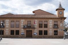 Ayuntamiento, recientemente reformado en su interior.