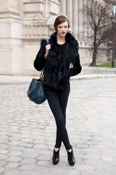 Total black look plus color bag and red lips