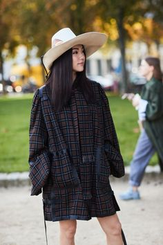 See all the most covetable street style looks from Paris Fashion Week. Asian Street Style, Spring Street Style, Street Style Looks, Street Chic, Street Snap, Street Styles, Asian Fashion, Fashion Photo, Girl Fashion