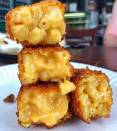 Mac and cheese bites & Drinks Think Food, I Love Food, Good Food, Yummy Food, Tasty, Mac And Cheese Bites, Food Porn, Food Goals, Aesthetic Food