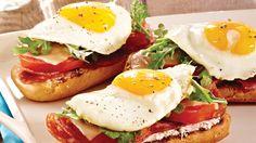Croque-matin au salami, au fromage de chèvre et à l'œuf au miroir
