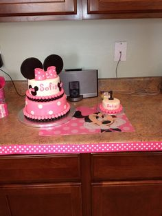 Cake and smash cake at a Minnie Mouse Party #minniemouse #partycake