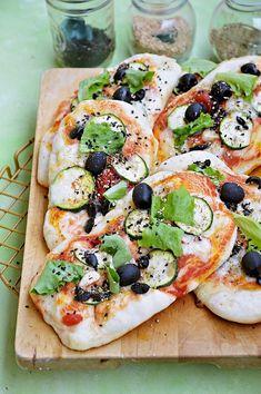 Moja smaczna kuchnia: Mini pizze z cukinią i czarnymi oliwkami