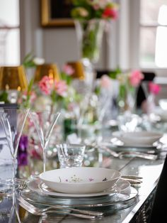 How to arrange a tableware setting for the perfect ladies lunch. Styling by Ali Rabbani, Photo by Stefan Gergely for Falstaff LIVING. Ladies Lunch, Perfect Woman, Ali, Highlights, Table Settings, Spring, Tableware, Style, Environment