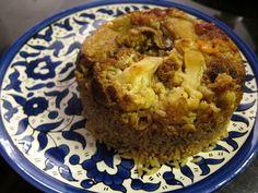 Easy Maklouba Recipe, Upside Down and Delicious. Nog zo'n gerecht dat er niet uitziet maar echt lekker is. Hier gebruik je het 7 kruiden poeder voor. Het gerecht wordt in lagen opgebouwd, met kip ls vlees en als het gaar is wordt de pot omgekeerd op een schotel gegoten. Het is zak goed gekuide bouillon te gebruiken.