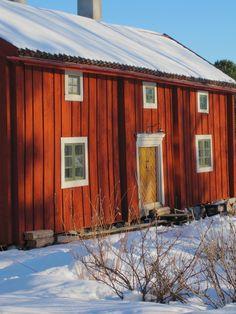 Swedish or Scandinavian Country Home. Ett gammalt timmerhus: Ljus Falurödfärg....