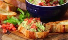 This yummy meal is a bruschetta-guacamole fiesta! Guacamole Salad, Appetizer Recipes, Appetizers, Antipasto, Bruschetta, Nom Nom, Main Dishes, Cooking Recipes, Yummy Food