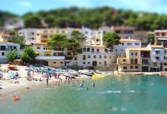 Place: Playa Satuna (tiltshift), Berger, Girona / Catalunya, Spain. Photo by: Tiago Besser (flickr)