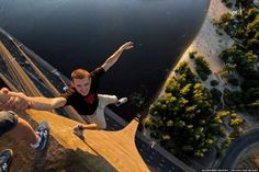 Nothing can stop a nineteen-years-old guy from taking the most dangerous selfies while he travels. Don't look at these images if you're scared of heights. Pictures Of The Week, Best Funny Pictures, Funny Images, Random Pictures, Amazing Pictures, Bing Images, Paros, Weekender, Selfies