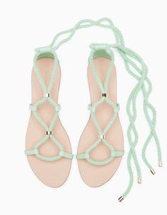 Sandálias com cordões