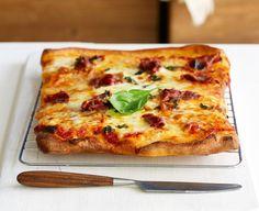 Κλασική κι αγαπημένη εκδοχή της πίτσας. Αν θέλετε μπορείτε να προσθέσετε το προσούτο και τον βασιλικό αφού ψηθεί η πίτσα. Είναι ωραίο να είναι ωμά! Calzone, Greek Recipes, Types Of Food, Hawaiian Pizza, Vegetable Pizza, Lasagna, Vegetables, Ethnic Recipes, Greek Food Recipes