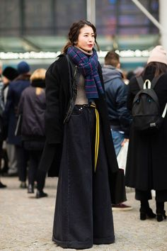#outfitswithscarf #howtowearascarf #widelegjeans #streetstyle #fashion #streetfashion #casualwinteroutfits