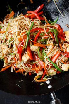 Kolejne stri-Chow mein z kurczakiem, marchewką, papryką, groszkiem cukrowym, szczypiorkiem, olejem sezamowym, sosem sojowym