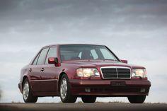 1990 stellte Mercedes auf dem Pariser Autosalon die Limousine 500 E vor, ein mit Porsche zusammen entwickelter Wagen mit Achtzylinder und Luxusausstattung, der teurer war als die damalige S-Klasse. Trotzdem griffen über 10'000 Kunden zu und freuten sich am familientauglichen Quasi-Sportwagen. Dieser Fahrbericht schildert die Geschichte des Ausnahmemodells 500 E / E 500 und zeigt es auf über 100 historischen und aktuellen Bildern. Und auch das Tonmuster fehlt nicht. In diesem Artikel find...