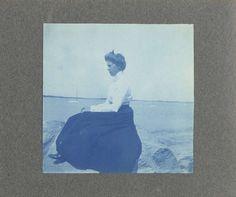 Vrouw en profil, zittend op een rotsblok aan zee, Verenigde Staten, Anonymous, c. 1900 - c. 1920