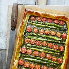 Met dit makkelijke recept zet je in een mum van tijd een groentetaart op tafel. De combinatie van pesto met ricotta, parmezaan en groene asperges zorgt voor een ontzettend smaakvolle taart.    1.Verwarm de oven voor op 200 ºC.  ...
