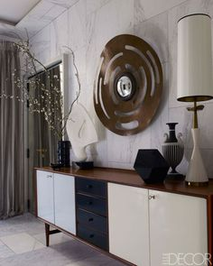 EntryThe credenza in the entry is by Finn Juhl and Niels Vodder, and the mirror is by Hervé Van der Straeten; the striped vessel is by Wedgwood, and the lamp is by Stiffel. Read more: Hammered Silver Cabinetry - Jean-Louis Deniot Design - ELLE DECOR Design Despace, Deco Design, House Design, Design Color, Modern Design, Design Ideas, Apartment Chic, Apartment Design, Apartment Entry